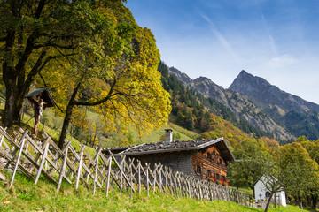 Haus aus Holz mit Marterl und Kapelle in Bayern