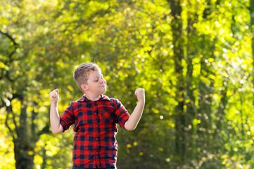 Starker Junge im Park