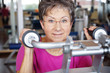 ältere Frau beim Training im Fitnessstudio
