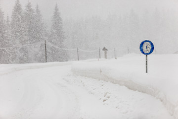 Slippery driving conditions in winter, sign