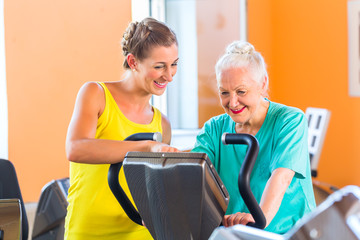 Senior Frau beim Spinning im Fitness Gym Training