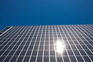 ビルの側壁に設置された大型のソーラーパネル