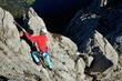 Junge Frau am Klettersteig