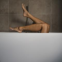 gambe in vasca da bagno