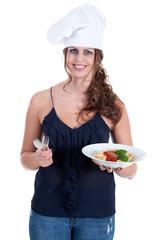 Junge Frau bringt Spaghetti Teller mit Besteck