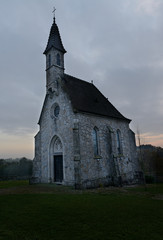 gruselige alte Kapelle im Abendlicht