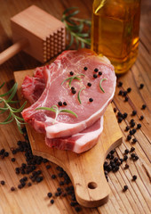 costolette di maiale sul tagliere di legno