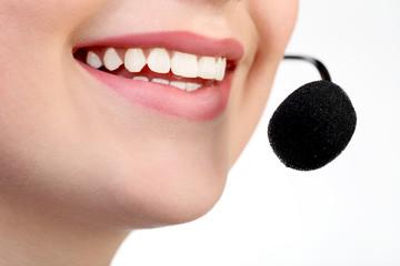 Улыбка молодой девушки с микрофоном