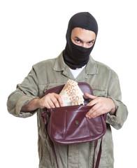 Handtaschenräuber prüft seine Beute