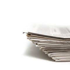 Schön gestapelte Zeitungen