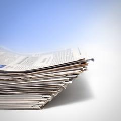 Tägliche Zeitungen in einem Stapel