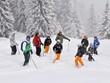 Gruppe Skifahrer im Tiefschnee