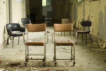 sedie abbandonate