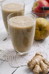 Birnen-Apfel-Smoothie, auf einem Holztisch