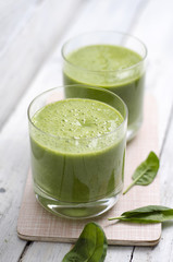 Grüner Smoothie mit Spinat und Obst