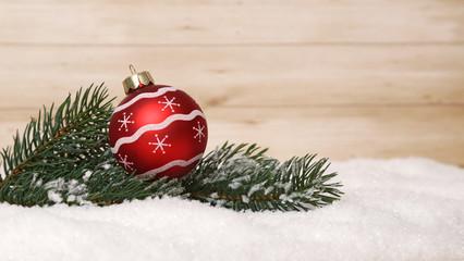 Weihnachtskugeln mit Tannenzweig