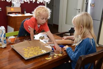 Kinder beim Plätzchen backen