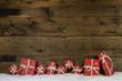 canvas print picture - Weihnachtlicher Holz Hintergrund mit Geschenke rot als Gutschein