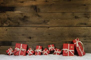 Weihnachtlicher Holz Hintergrund mit Geschenke rot als Gutschein