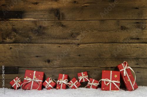 canvas print picture Weihnachtlicher Holz Hintergrund mit Geschenke rot als Gutschein