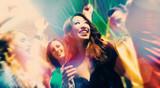Leute bei Party in Disco Club tanzen und feiern