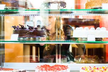 Gast wählt Torte einer Bäckerei oder Konditorei