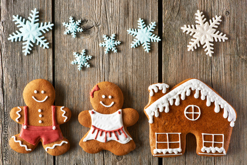 Fototapeta Christmas gingerbread couple and house cookies