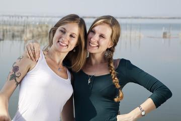 Hermanas gemelas sonriendo abrazadas
