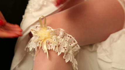 Bride wears a garter on the leg