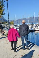 couple de retraitée en ballade