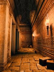 Korytarz w ruinach starożytnej świątyni