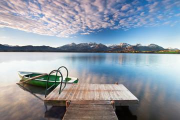 einsamer Steg mit Ruderboot