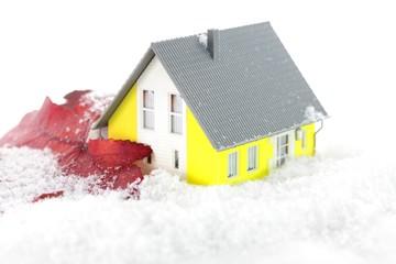 Wärmedämmung am Haus mit Schnee