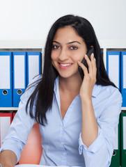 Frau aus der Türkei im Büro am Handy