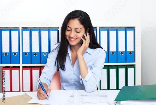 canvas print picture Frau aus der Türkei im Büro macht Telefonnotiz