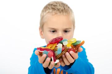 Kind mit vielen Süßigkeiten