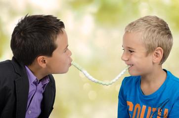 Jungs mit Schlange