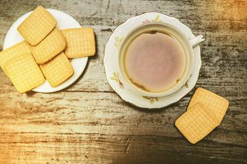 colazione con biscotti e thè