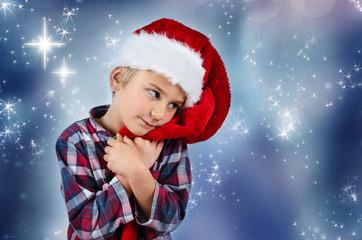 Junge mit Nikolausmütze