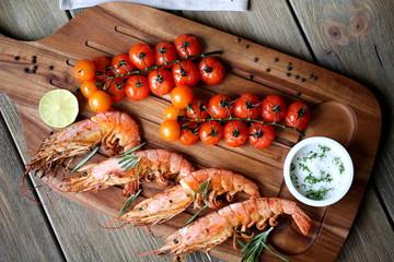 Тигровые креветки с помидорами черри