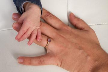 Main de maman et enfant