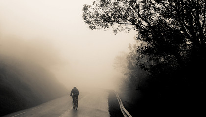 Cycliste dans le brouillard