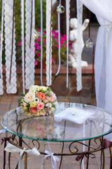 букет невесты на столике