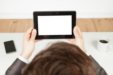 mann im büro hält tablet