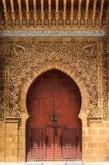 Arabische Tür in einer Gasse der Medina in Meknes