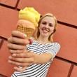 canvas print picture - Mädchen mit Eis im Sommer