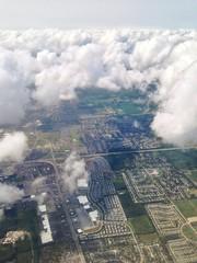 Stadt mit Wolken von oben