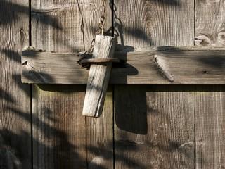 Bolzen aus Holz am Schuppen beim Bartholdskrug bei Bielefeld