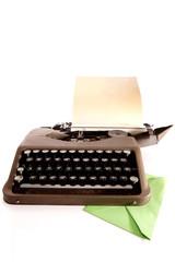 Schreibmaschine und Briefumschlag in grün