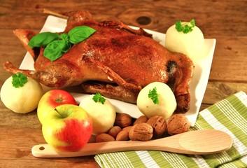 Ente mit Klöße , Äpfel , Nüsse